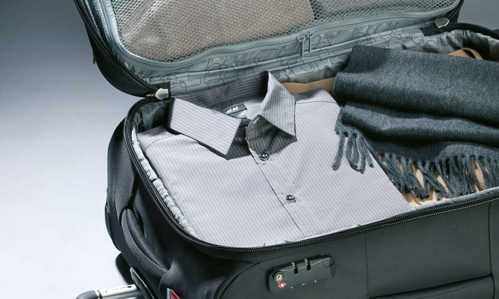 Koffer-packen-bei-einem-Delsey-Reisetrolley